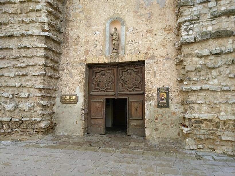 entrée basilique sainte-marie-madeleine saint maximin