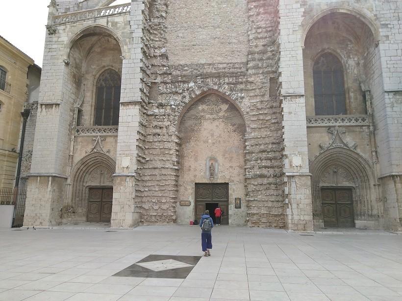 parvis basilique sainte-marie-madeleine saint maximin