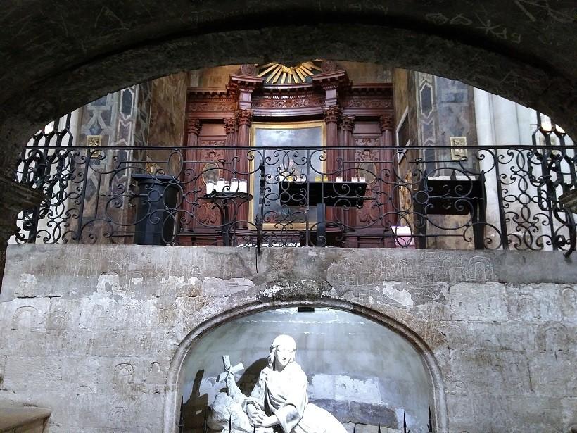 vue depuis la crypte avec chapelle marie-madeleine en fond